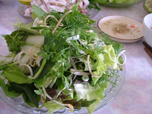 Ăn kèm với cá trình nướng là các loại rau thơm